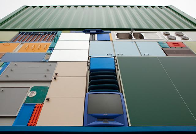 Móveis e eletrodomésticos empilhados com perfeição