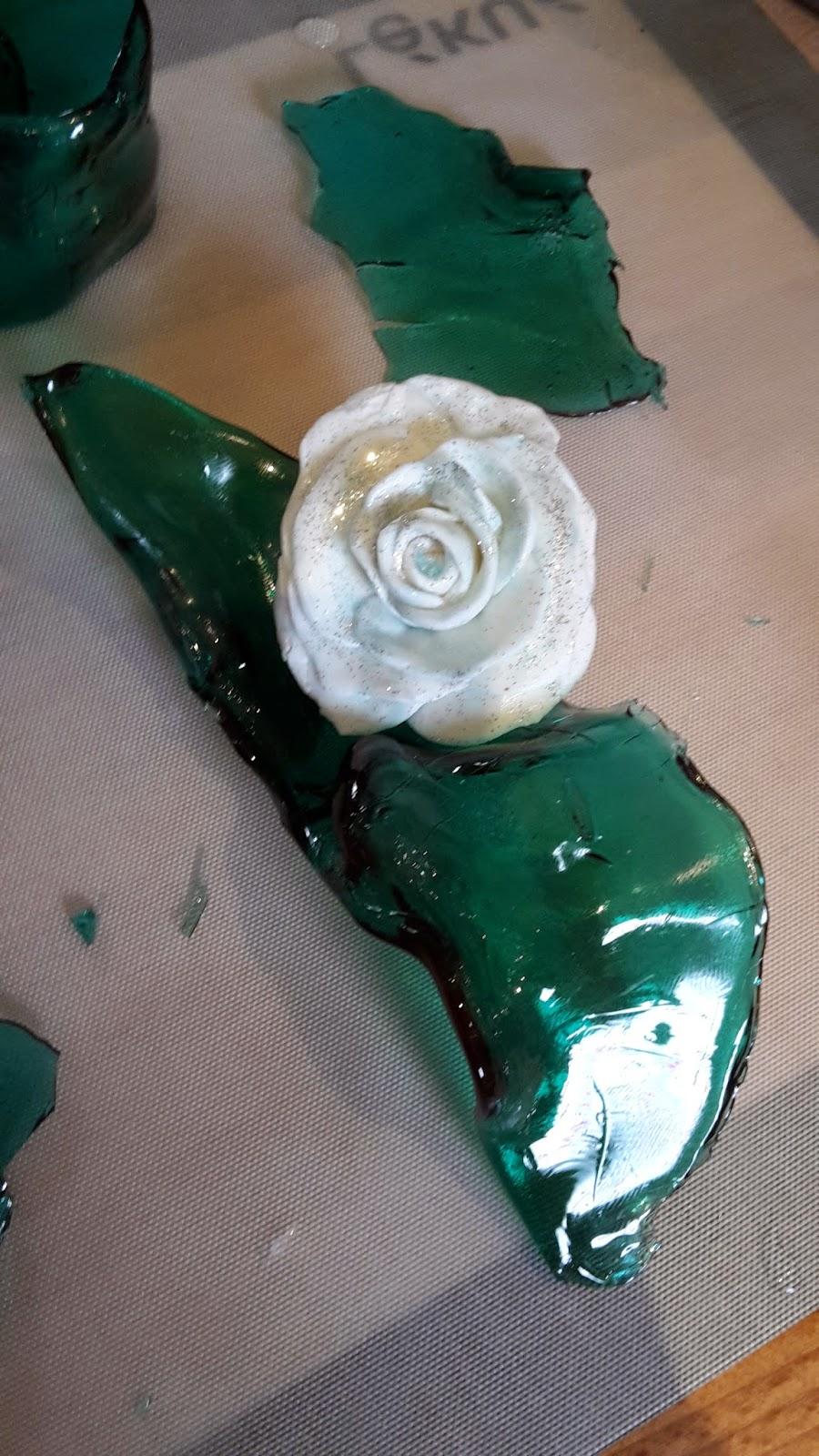 Rose en pâte à sucre sur vague en sucre coulé puis déformé