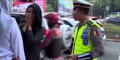 DITILANG POLISI, CEWEK INI MINTA HATINYA SAJA YANG DITILANG