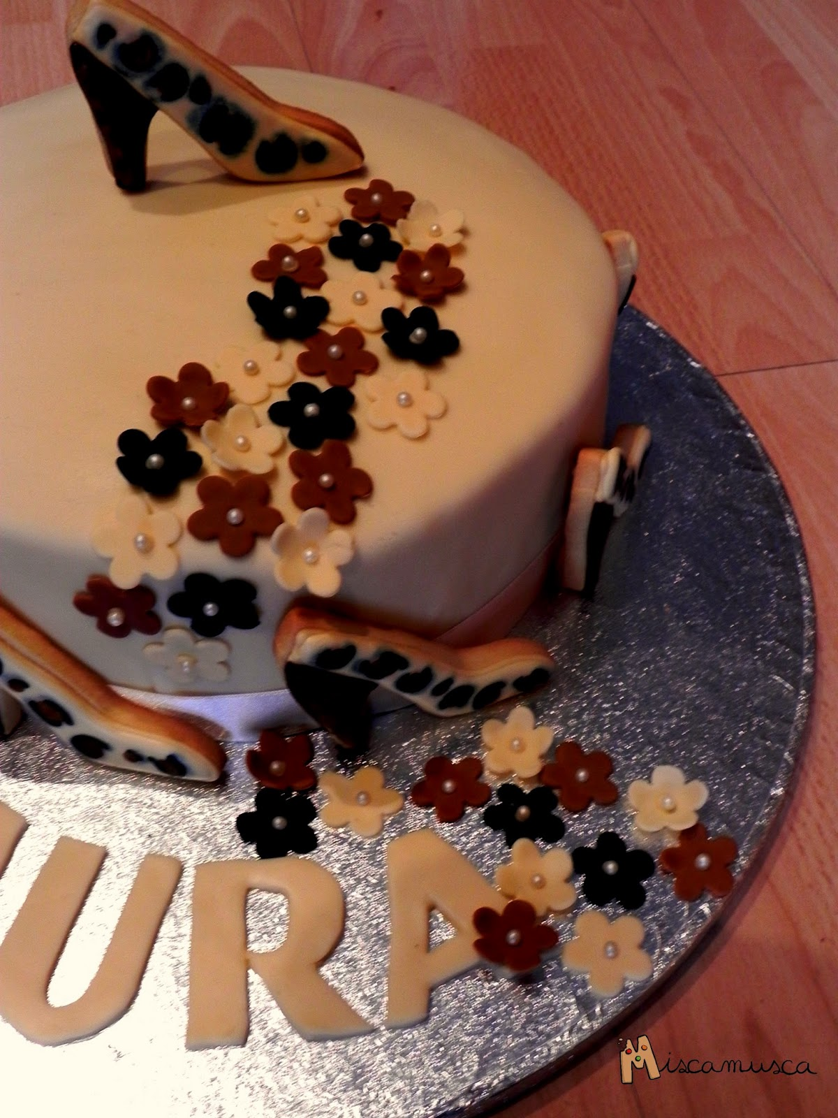 Pastel fondant decorado con galletas glasa