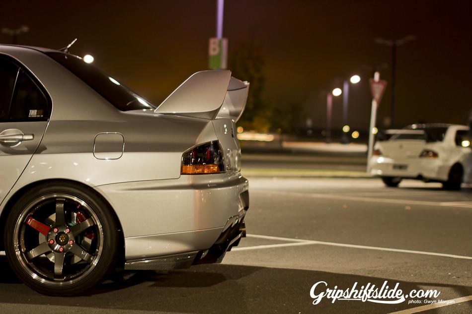 Mitsubishi Lancer Evolution, japoński sportowy samochód, sedan, kultowy, motoryzacja, jdm, zdjęcia, fotki, photos, tuning, nocna fotografia, samochody nocą, po zmroku, auto