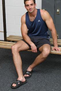 "Homem usando chinelo slide estilo ""speedo"""