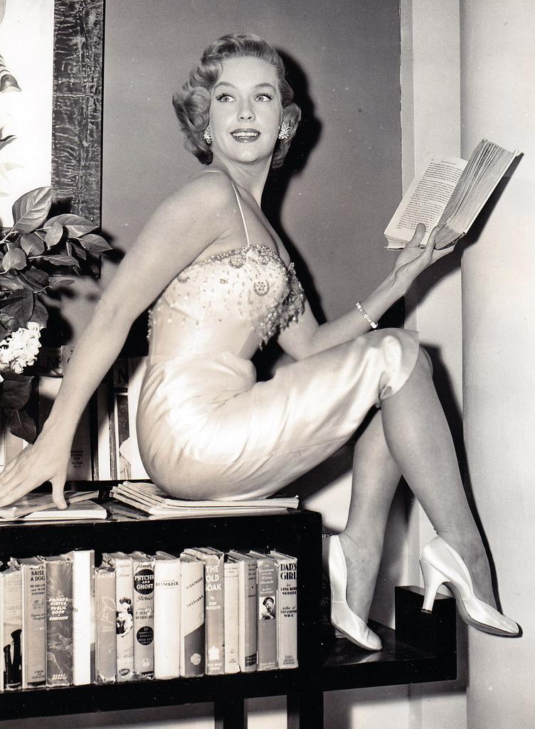 Dame & a book !