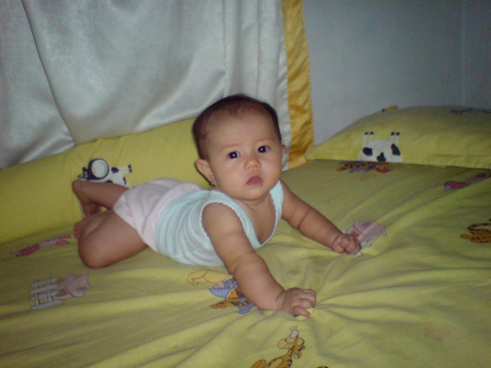 gambar bayi lucu belajar tengkurap