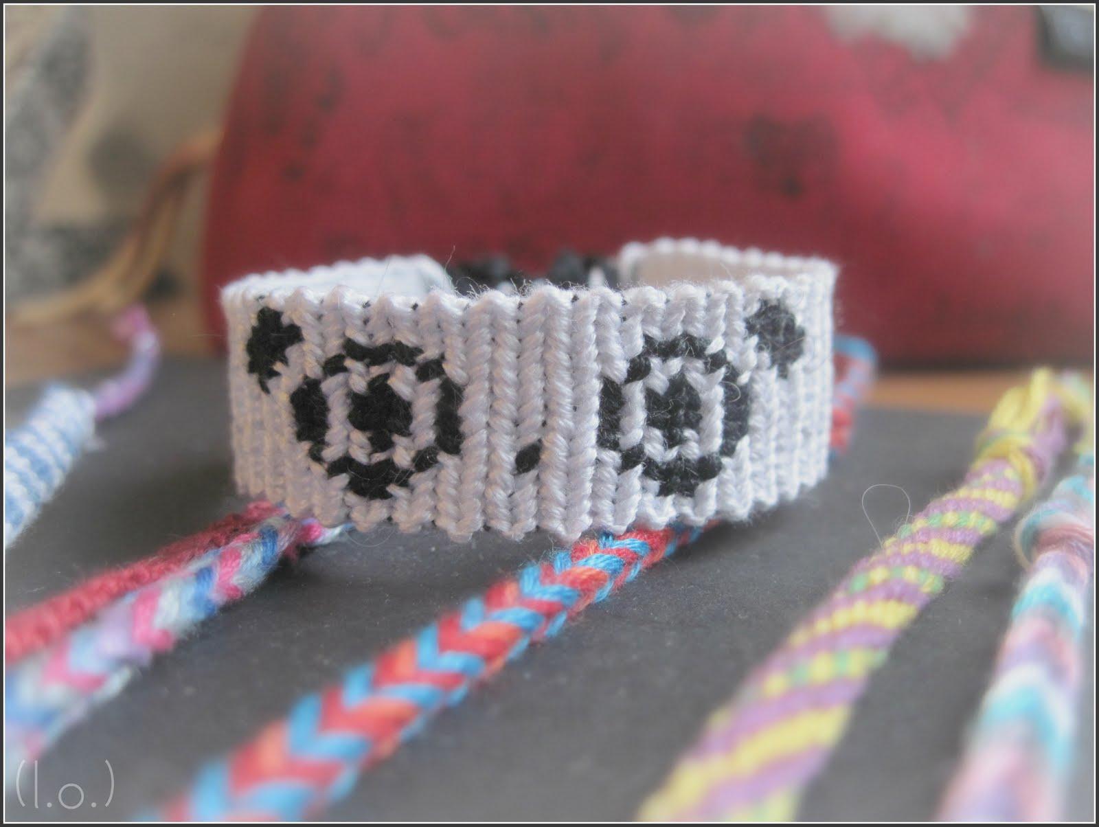 Фенечка с пандой прямым плетением