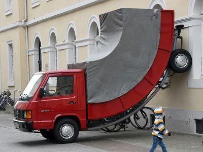 В Германии скульптура получила штраф за неправильную парковку