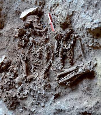 Natufisk huleboer-begravelse med blomster