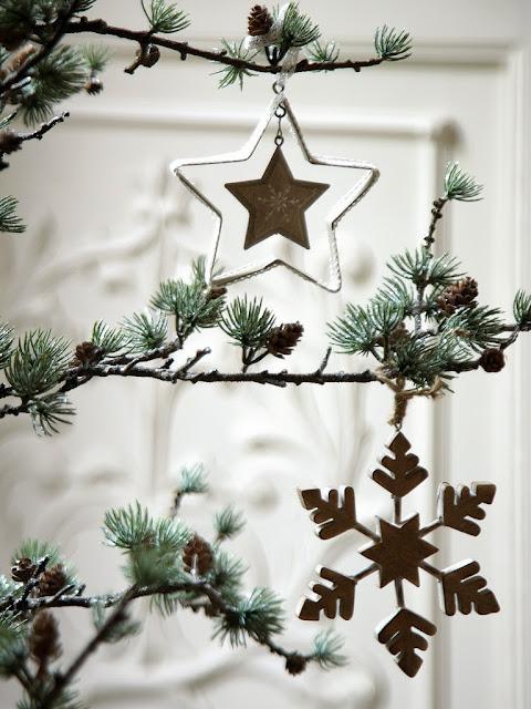 Choinka z dekoracjami świątecznymi: gwiazda i płatek śniegu.