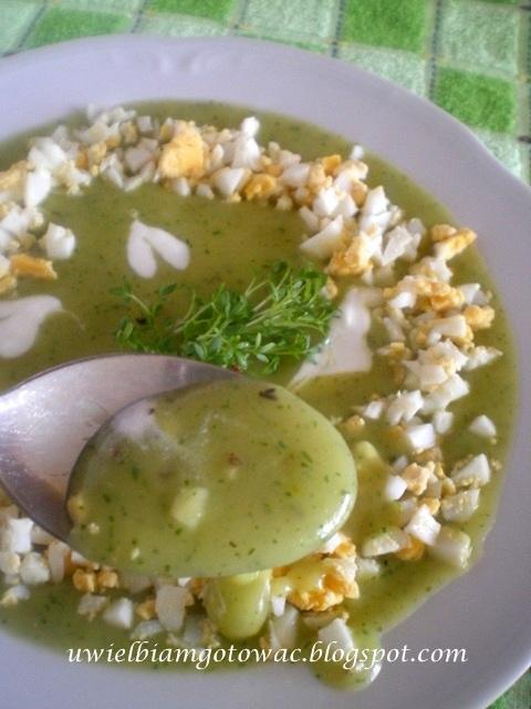Zupa z rzeżuchy podana z jajkiem