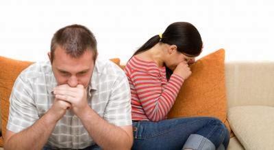 علامات ومؤشرات على انتهاء العلاقة والحياة الزوجية - زواج فاشل زوجان حزينان رجل امرأة - sad fail marriage