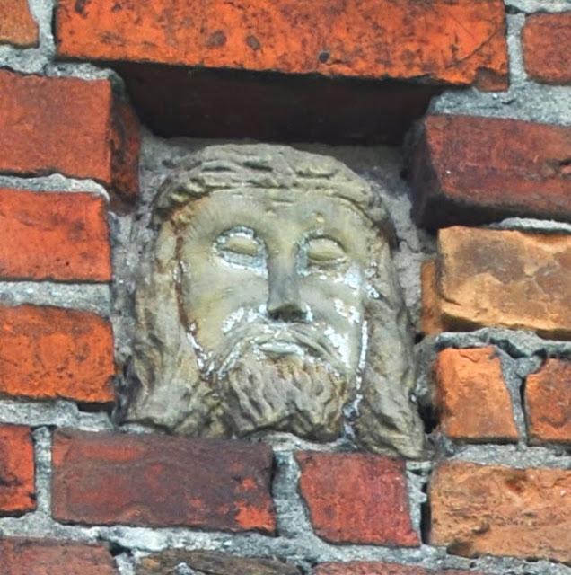 Kamienna głowa Chrystusa wmurowana w szczytową ścianę domu w Dyszowie k. Końskich. Foto KW.