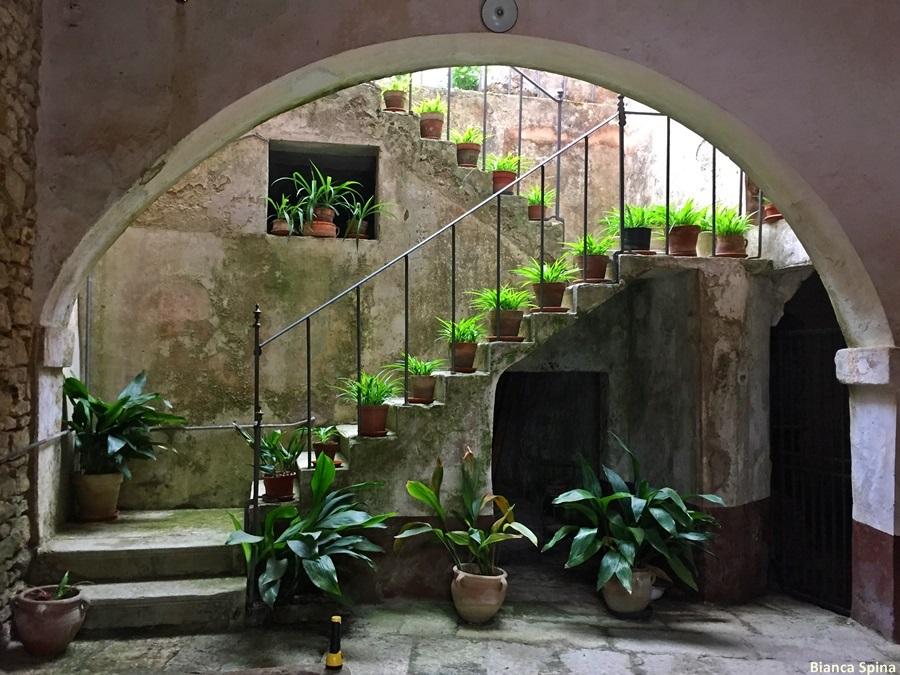 Della sicilia e di chi subisce il fascino delle isole for Foto salotti moderni arredati
