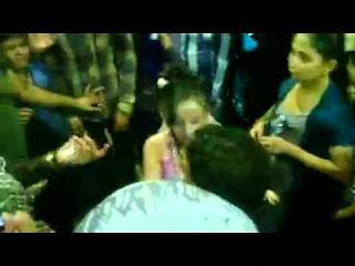شاهد بالفيديو ... خطوبة أصغر عروسين فى العالم... مسخرة !!!