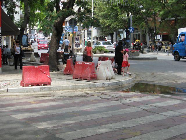 Άναυδοι οι Εδεσσαίοι παρακολουθούσαν το στένεμα της κεντρικής πλατείας