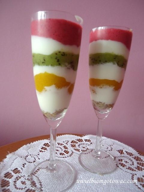 Pasiasty deser owocowo-jogurtowy