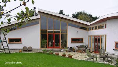 Residencia contemporánea hecha de fardos y adobe