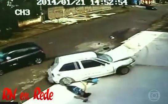 Vídeo: Acidente incrível em Anápolis-Goiás; carro passa por cima de cabeça de criança que nada sofre