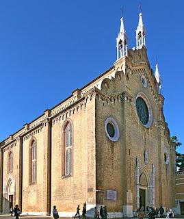 La Basílica dei Frari se comenzó a construir por los franciscanos en el año 1250, pero sobre el siglo XV fue demolida y sustituida por la actual de ladrillo.