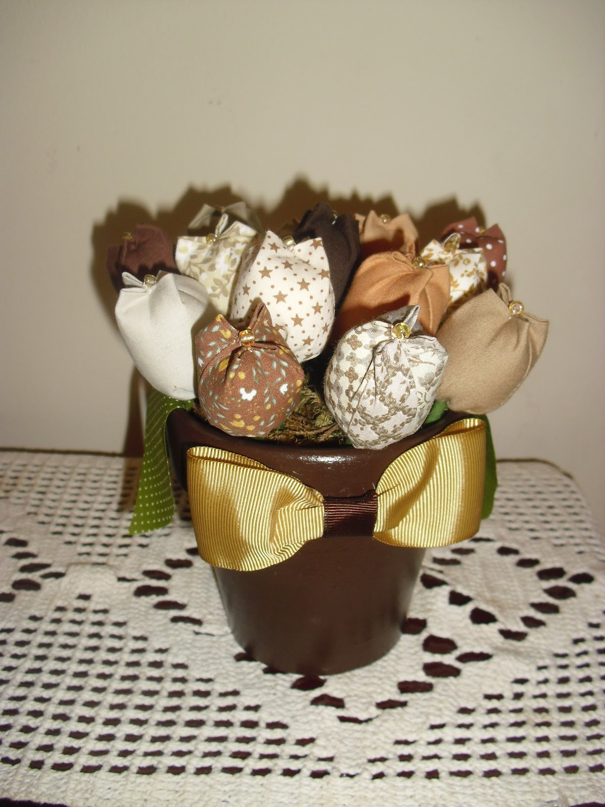 Aline fazendo arte: Flores de tecido Tulipas enfeite de mesa. #50591E 1200x1600