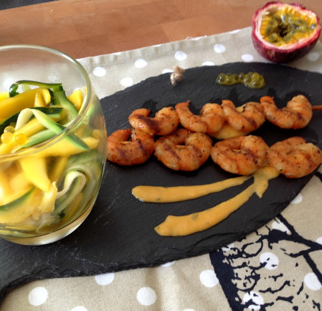 la cuisine claudine brochette de crevettes salade exotique sauce coco curry. Black Bedroom Furniture Sets. Home Design Ideas