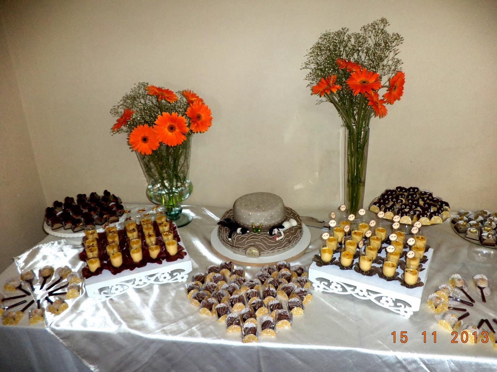 Preparei uma mesa bem gostosa com bolo(com direito a noivinho e tudo  #C73204 1600x1200