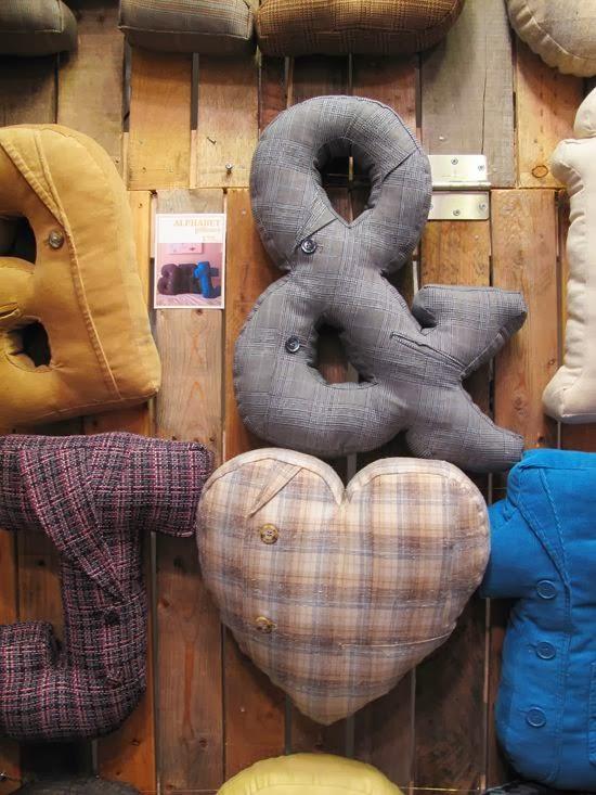 almohadones con forma de letras