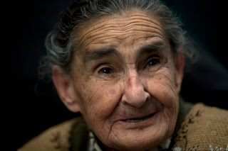 Diegosax Audioviaulales y Partituras Audiovisual sobre Inés Valdivia González, la Madre Ines, una anciana de 84 años fundadora de la Casa de la Divina Providencia para niños abandonados en la Ciudad de México. Inés abrió esta casa en 1965 mientras cuidaba a tres niños con parálisis cerebral. Desde entonces ha cuidado a más de 2800 niños. Algunos murieron por enfermedades graves y sufren incapacidad, los que crecieron sanos ahora ayudan a la madre a cuidar de sus hermanos y hermanas incapacitados. Hoy hay 236 personas entre niños y adultos.