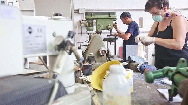 Artigiani a lavoro con il plexiglass nel laboratorio di Design Trasparente