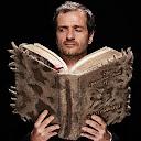 """El productor David Heyman, leyendo """"El Monstruoso Libro de los Monstruos"""""""