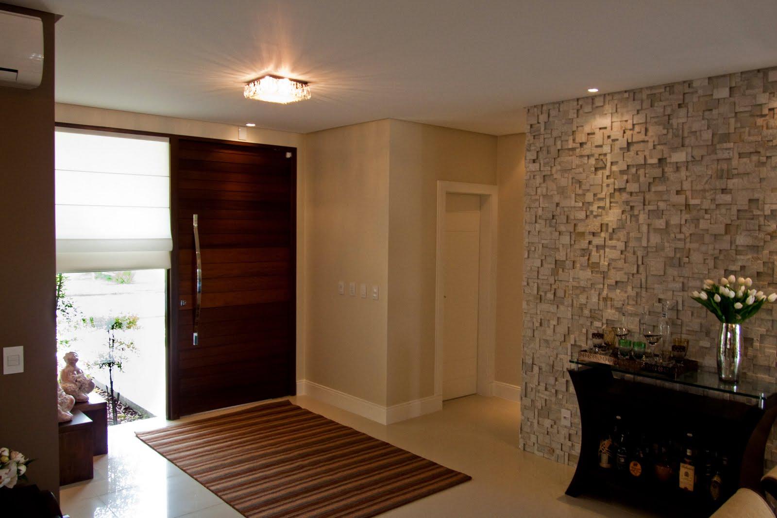 parede de mosaico em pedra é cenário para o aparador do jantar. #27150C 1600x1067