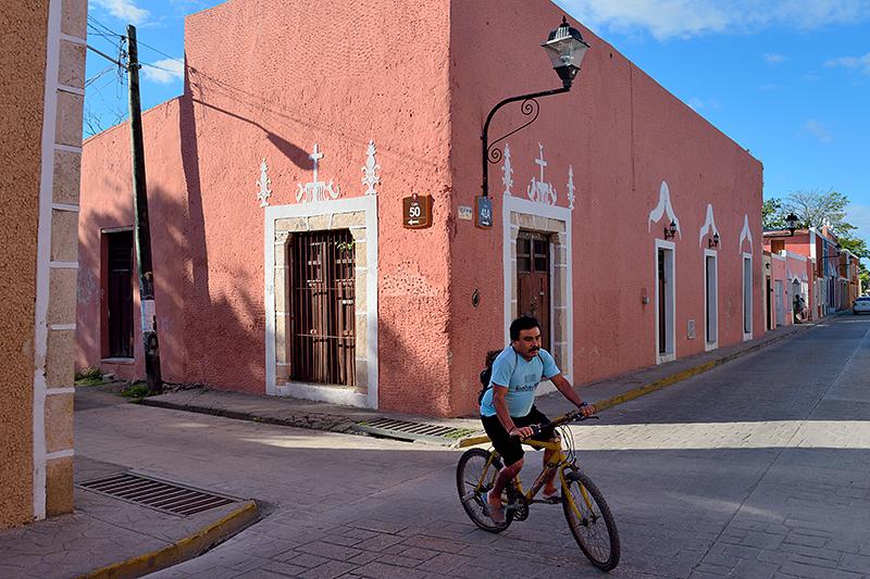 Homme à bicyclette dans une rue de Valladolid