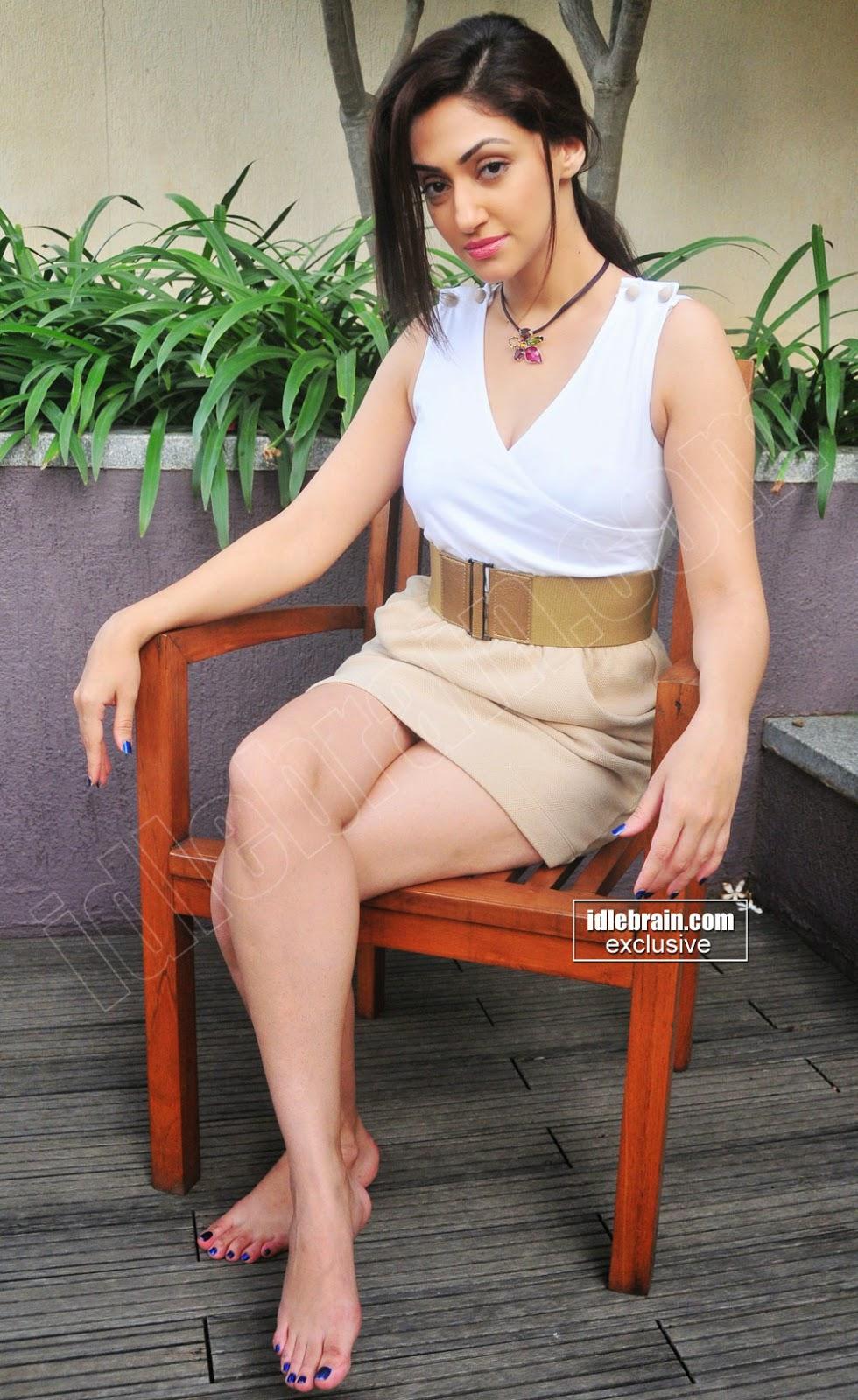 Reyhna Malhotra legs show