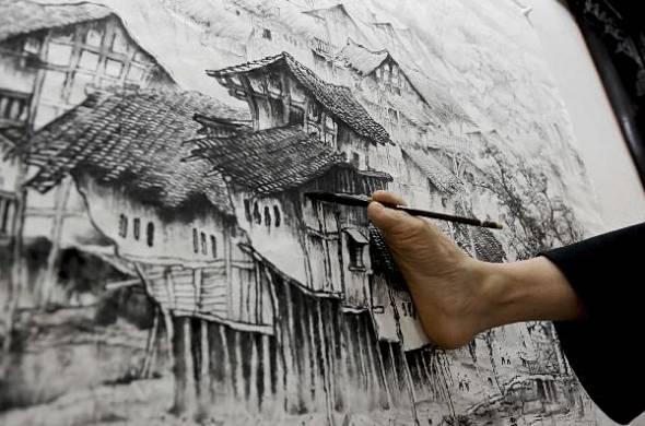 Huang Guofu pintando con el pie