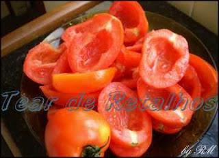cortar os tomates ao meio e retirar as sementes