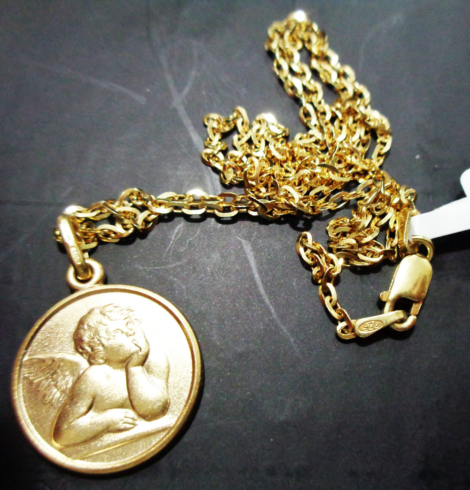 Cadena y medalla con un ángel de la guarda de plata dorada