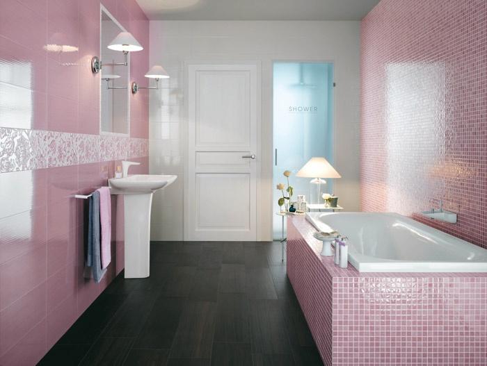 Baños Con Azulejos Rosas:Baño con azulejos rosas y una bonita cenefa que envuelve la estancia