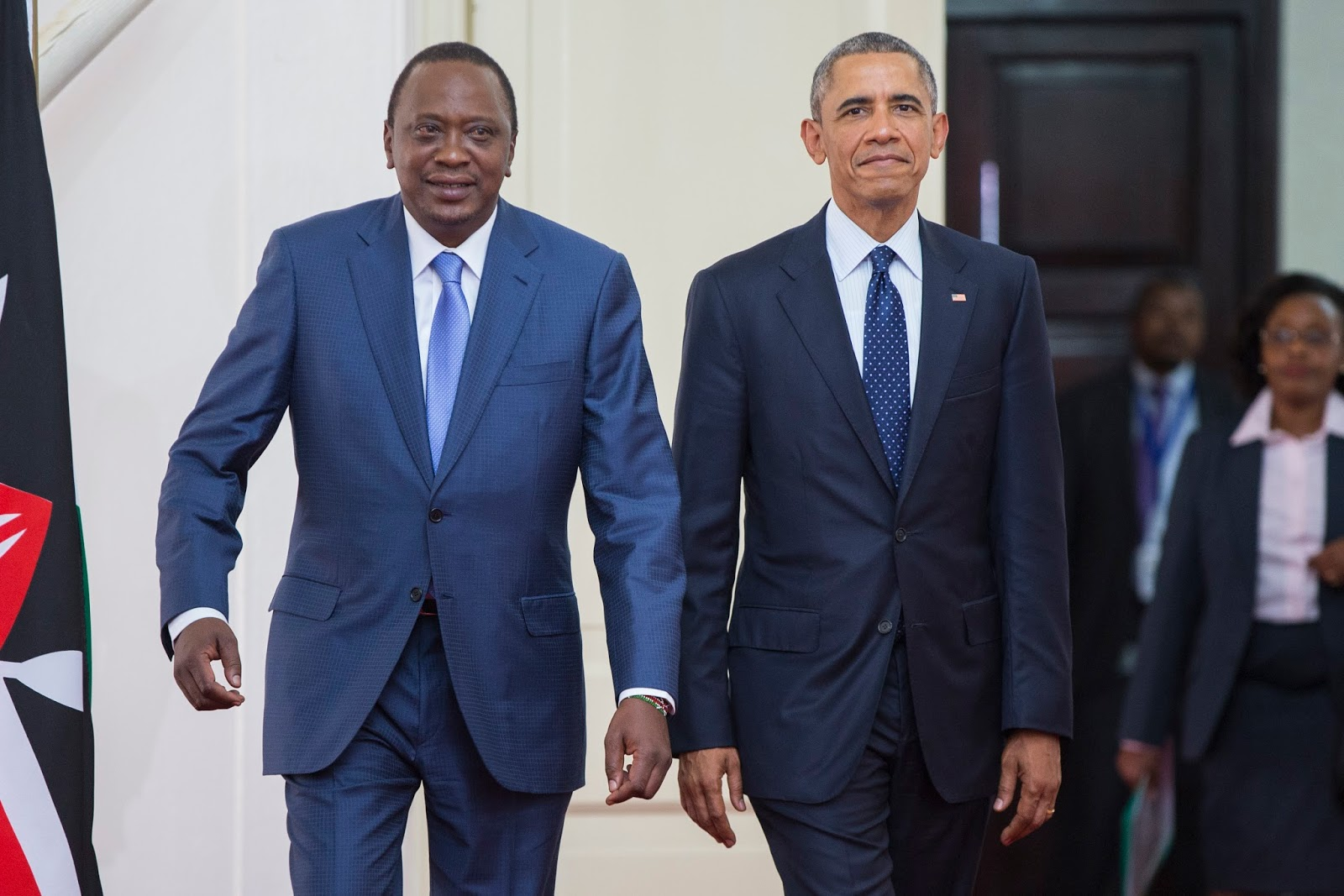 Barack Obama (dir.) e o presidente do Quênia, Uhuru Kenyatta (esq.)