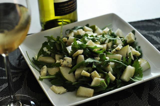 Sałatka z winem, gruszką i serem pleśniowym