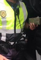 policia local encuentran droga, hachis, cuando fueron a socorrer a un motorista