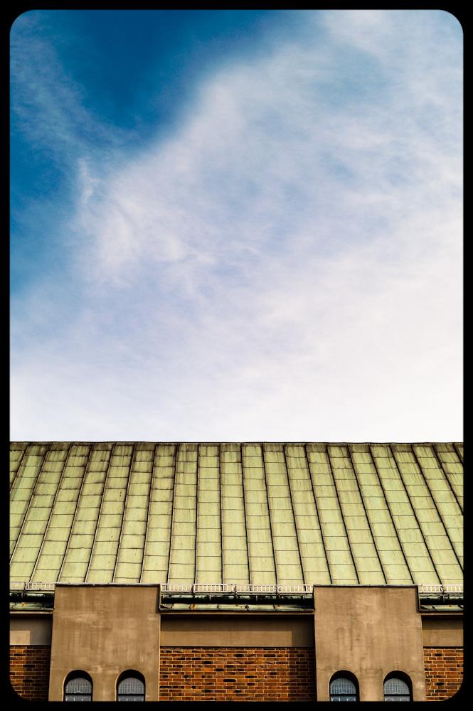 Dach kościoła na tle nieba. Architektura gliwic. Kompozycja geometryczna. fot. Łukasz Cyrus