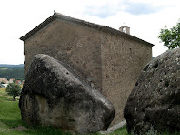 Façana nord-oest de l'ermita de Sant Marc on s'aprecia l'antiga ermita rupestre adossada a l'església actual