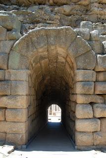 Vomitorio accesso o porta d' accesso seguita da una breve galleria che portava all' interno degli anfiteatri romani
