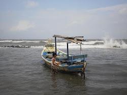 Nelayan Marunda Hadapi Gelombang Pasang