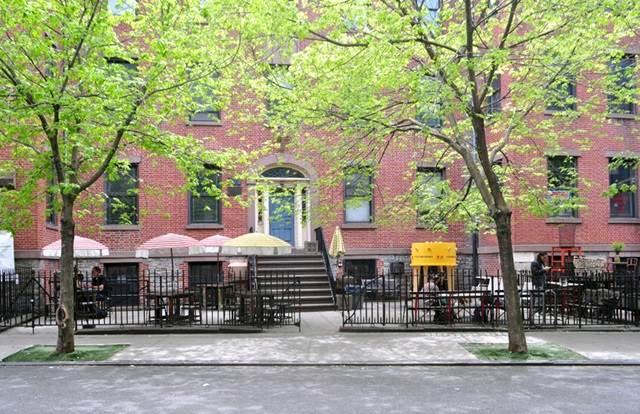 perpustakaan di tepi jalan