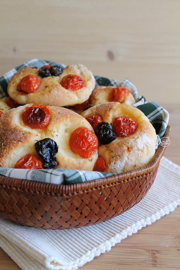 focaccine con pomodorini e olive nere di nimo