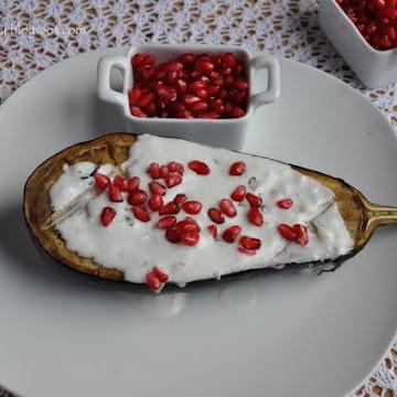 Pieczony bakłażan z granatem i sosem jogurtowym - Czytaj więcej »