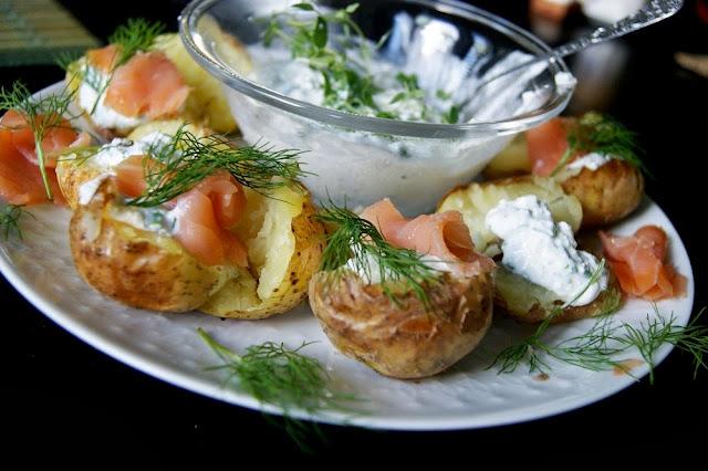 ziemniaki z piekarnika z serkiem i łososiem