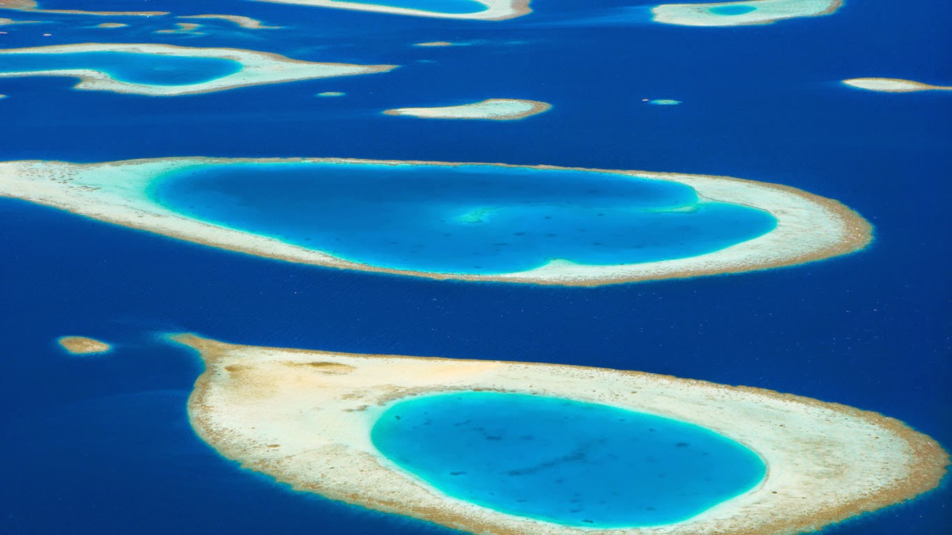 Atolls in the Maldive Islands (© Sakis Papadopoulos/plainpicture) 108