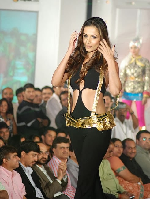 Malaika Arora Khan in Black tight Pants Camletoe Pics Visible on Ramp Sexy Walks