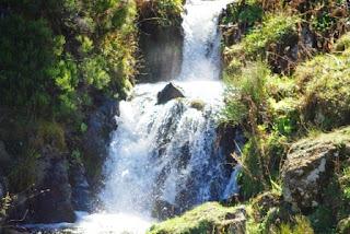 Vista de uno de las pequeñas cascadas que forma el río del Valle en su descenso